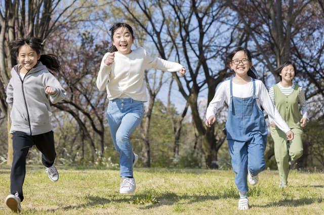 子どもが公園で遊ぶ